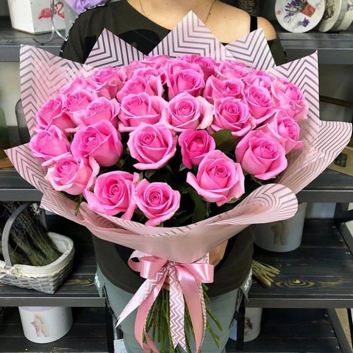 Букет 25 розовых роз с оформлением R1246