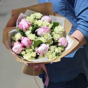 Сборный букет пионы и кустовая роза R516