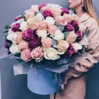 Коробка 101 пионовидная роза с оформлением R749