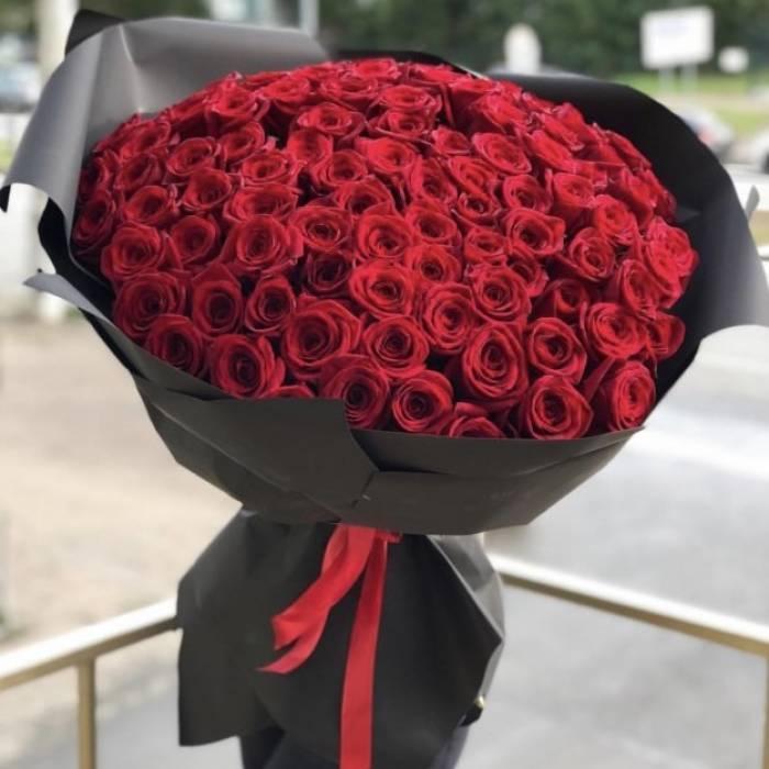 101 красная роза в черном крафте R880