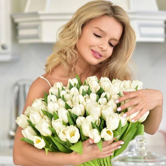 Большой букет из 51 белого тюльпана в бумаге R006