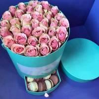 Коробка с розами и макаронсами R021