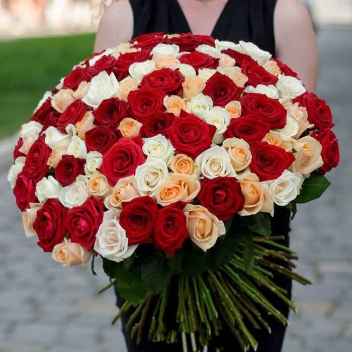 Большой букет 101 роза ассорти с лентами R012