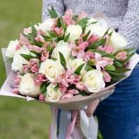 Сборный букет белые розы и альстромерия R023