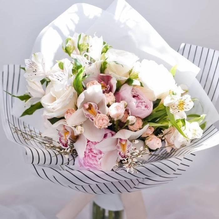 Сборный букет орхидеи и пионы в упаковке R644